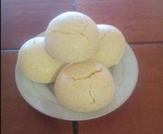 2 tazas de maizena,  2 tazas de queso blanco,  1 huevo,  1 cucharada de polvo de hornear o bicarbonato,  1 cucharada de azúcar,  3 cucharadas de aceite,  agua cantidad suficiente.  Preparación  Rayar el queso, unir los ingredientes amasar y hacer pancitos pequeños. dejar reposar 15 a 20 minutos en la nevera para que crezcan y hornear a 180 grados hasta dorar.