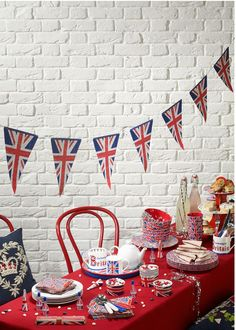 Emma Bridgewater Union Jack/Best Of British Party Bunting British Themed Parties, British Party, British Wedding, Queen 90th Birthday, London Party, Going Away Parties, Thinking Day, Deco Table, Baby Shower Themes