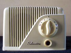 1949 Silvertone Model sold by Sears And Roebuck, Bakelite Table Radio Vintage Kitchen, Retro Vintage, Radio Record Player, Radio Design, Radios, Old Fan, Radio Wave, Retro Clock, Transistor Radio