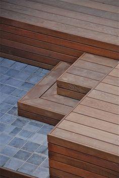Terrasse en bois et pierre - mt-design Patio Stairs, Backyard Patio, Backyard Landscaping, Mt Design, Terrasse Design, Wooden Patios, Garden Planter Boxes, Wood Steps, Porch Area