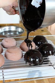 Great chocolate glaze recipe Welcome to Talitas Kitchen: My kind of chocolate dessert Mousse Dessert, Baileys Dessert, Zumbo Desserts, Köstliche Desserts, Delicious Desserts, Dessert Recipes, Plated Desserts, Chocolate Dome, Chocolate Mousse Cake