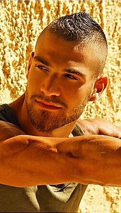 Very sexy guy. Love his hair Hairy Men, Bearded Men, Pelo Mohawk, Handsome Faces, Hommes Sexy, Hair And Beard Styles, Male Face, Attractive Men, Good Looking Men