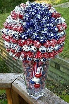 red, white and blue tootsie pop bouquet! for the Memorial Day, of July, Labor Day. 4. Juli Party, 4th Of July Party, Fourth Of July, 4th Of July Wreath, 4th Of July Ideas, Holiday Fun, Holiday Crafts, Holiday Ideas, Family Holiday