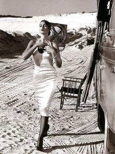 Monica Bellucci by Pamela Hanson, 1994 Monica Bellucci Young, Monica Belluci, Pamela Hanson, Timeless Photography, Grazia Magazine, Italian Beauty, Italian Women, Italian Actress, Sensual