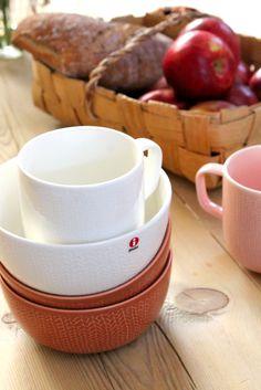 Iittala Christmas Home. Iittala + Kotipalapeli collaboration. Sarjaton Letti mugs in white and old rose & Sarjaton Letti bowls in white and red clay.