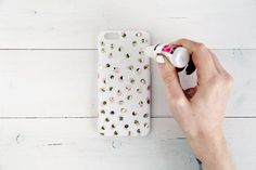 Make your own festive iPhone case cover with gold foil paper and nailpolish! #diy #phonecase