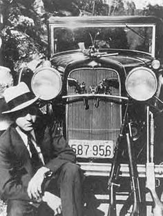 News Photo : Gangster Clyde Barrow kneeing besides his. Bonnie And Clyde Photos, Bonnie Clyde, Bonnie Parker, Real Gangster, Mafia Gangster, Old Photos, Vintage Photos, Famous Outlaws, Vintage Photography