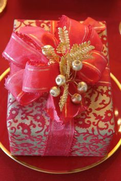 Sophisticated gift wrapping uses bold and dramatic colors - Carolyne Roehm Wrapping Ideas, Creative Gift Wrapping, Creative Gifts, Wrapping Gifts, Pretty Packaging, Gift Packaging, Pink Christmas, All Things Christmas, Holiday Gifts