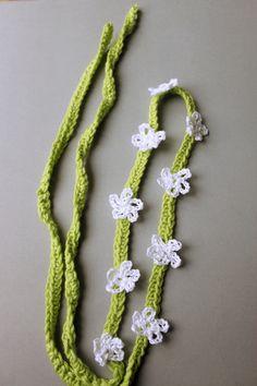 Virkat hårband med blommor, gratis mönster på svenska. Crochet hair band, flowers, free pattern in swedish.
