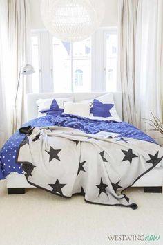 Gerade super angesagt sind Sternenprints. Mit der Wendebettwäsche Star kannst du dich, je nach Stimmung, in die blaue Seite, die von unzähligen kleinen weißen Sternchen übersät ist oder in die weiße Seite einhüllen, die von einem einzelnen großen blauen Stern geziert wird.
