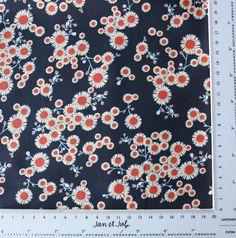 Preciosa y original telade patchwork y costura con un fondo de color azul con flores pequeñas en tonos azul, naranja y turquesa Esta tela es de la colección Garden Party Tango de Iza Pearl Design