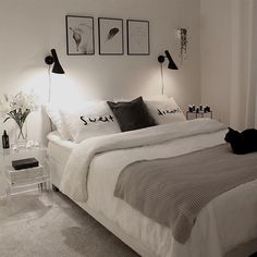 Quarto preto e branco via Via Viteri.johanna Black and white room alone via Via Viteri. White Bedroom Decor, Home Decor Bedroom, Bedroom Furniture, Bedroom Rustic, Furniture Ideas, Bedroom Black, Bedrooms With White Furniture, White Bedroom Walls, Bedrooms Ideas For Small Rooms