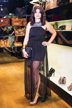 V predajni značky MANGO sme objavili skvelý, elegantný, ale zároveň pohodlný model v podobe čiernych letných šiat. Zaujímavosťou je nevšedný strih s dlhou šifónovou sukňou, ktorá jemne odhaľuje nohy.