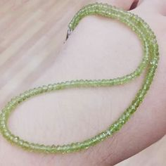 Collar de Olivia  (PERIDOTO) Reduce el estrés. Es calmante y purifica cuerpo y mente.  Piedra del mes de Septiembre con un 15% de descuento.  44€ - 15%= 37.40€