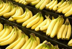 25 Powerful Reasons to Eat Bananas. You'll never look at a banana the same way again after discovering the many health benefits and reasons to add them to your diet. Includes a recipe for a Creamy Banana & Avocado Smoothie (scroll down). Benefits Of Eating Bananas, Banana Health Benefits, Health Tips, Health And Wellness, Health Fitness, Men Health, Healthy Life, Healthy Living, Gastronomia