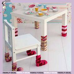 L'astuce du jour : marre d'entendre vos enfants déménager les chaises et les tables ? Mettez-y des paires de chaussettes