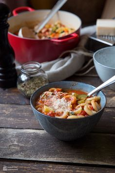 Minestrone, that sounds like Italy! Who doesn& know them, because Minestrone is almost as famous around the world as spaghetti or pizza. This nut. Italian Vegetable Soup, Italian Vegetables, Chili Recipes, Veggie Recipes, Soup Recipes, Veggie Food, Keto Recipes, Healthy Meals For Two, Easy Meals