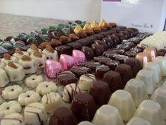 Receta de bombones de chocolate caseros. Chocolate Candy Molds, Chocolate Sweets, I Love Chocolate, Mint Chocolate Chips, Chocolate Truffles, Chocolate Recipes, Cupcakes Decorados, Chocolate World, Homemade Sweets