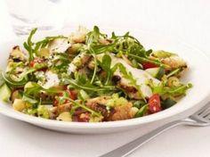 Deliciosa ensalada con pollo y hortalizas crudas.