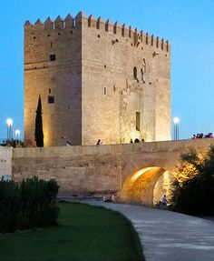 CASTLES OF SPAIN - Calahorra Tower to one side of the Roman Bridge. is a fortified gate in the Historic centre of Córdoba, Spain, of Islamic origin.The tower was built during the late 12th century by the Almohads to protect the nearby Roman Bridge on the Guadalquivir. The tower, standing on the left bank of the river, originally consisted of an arched gate between two square towers.The building was restored in 1369 by king Henry II of Castile.