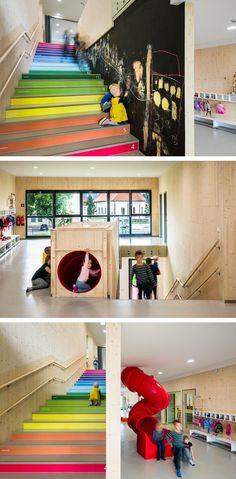 カラフルな階段には1から順番に数字が書かれており、子供たちは数字を覚えることができる。また、壁は黒板になっているため階段がひとつの遊び場として活用されている。なにより滑り台が魅力的である。