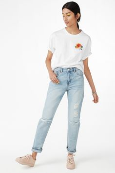 <p>So many spring feelz in this loose fit tee with embroidered flowers. Made with 100% cotton.</p> <p>colour: <em>wondrous white</em></p> <p>In a size small