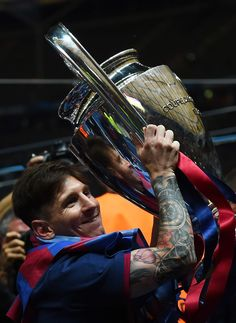 Lionel Messi Photos - Lionel Messi of Barcelona celebrates with the trophy after the UEFA Champions League Final between Juventus and FC Barcelona at Olympiastadion on June 2015 in Berlin, Germany. - Juventus v FC Barcelona - UEFA Champions League Final Uefa Champions Legue, Barcelona Champions League, Fcb Barcelona, Lionel Messi Barcelona, Good Soccer Players, Soccer Fans, Camp Nou, Argentina National Team, Sport