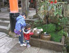 Japanse kinderen bij een tempel in Kyoto