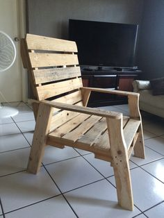 Wooden Chair made with reclaimed pallet. Pallet Chair, Wood Pallet Furniture, Diy Chair, Patio Chairs, Outdoor Chairs, Cheap Chairs, Small Wood Projects, Diy Wood Signs, Woodworking Projects Diy