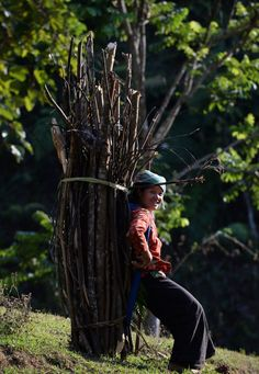 Una mujer de la etnia Tay lleva leña a su casa en Xin Man en la montañosa provincia de Ha Giang, Vietnam. No sin mis cosas | Fotografía | EL PAÍS  HOANG DINH NAM (AFP)