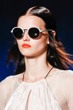 Round shape sun glasses are not only used by famous designer, but also become really popular and acceptable among fashion lovers. This picture is from Rag & Bone Spring 2014 - Round Sunglasses. The inspiration was taken from the Retro Sunglasses, Sunglasses Online, Round Sunglasses, Sunglasses Women, White Sunglasses, Spring 2014, Summer 2014, Spring Summer, 2014 Fashion Trends