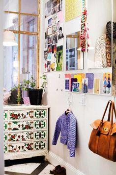 meuble à tiroirs blanc à motifs rouges et verts de style bohème
