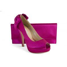 Zapato de fiesta de mujer de la marca Ángel Alarcón en color rosa. Peep toe con lazo en el talón grande. Tacón alto y plataforma delantera. Zapato de vestir con bolso a juego.