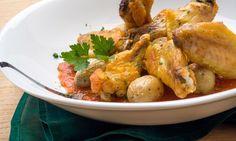 Receta de Karlos Arguiñano de alas de pollo asadas en el horno acompañadas de patatas bravas, un plato fácil de preparar.
