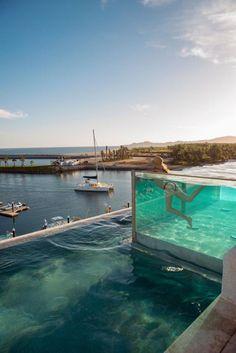 piscine en verre spectaculaire au bord de la mer