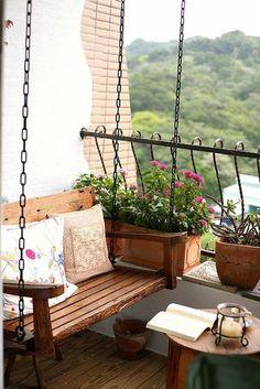 amenager un balcon, balançoire en bois et pots de fleurs