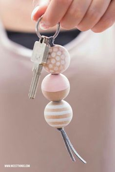 Make DIY keychain with wooden beads yourself / gift idea to move in: Bread & Salt - Nicest Things * Nicest Things – Food, Interior, DIY: Bread, Salt & DIY Keychains – 12 GOLD Party Favor Tips Diy Jewelry, Beaded Jewelry, Jewelery, Jewelry Making, Jewelry Accessories, Diy Keyring, Bead Keychain, Keychain Ideas, Wooden Keychain