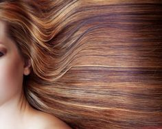 How to lighten your hair naturally - Sometimes when we get back home after our summer holiday we notice that our hair is slightly lightened. Did you know that you can lighten your hair naturally? Lighten Hair Naturally, How To Lighten Hair, Hair Care Recipes, Natural Hair Styles, Long Hair Styles, Hair Dos, Dark Hair, Pretty Hairstyles, Hair Hacks