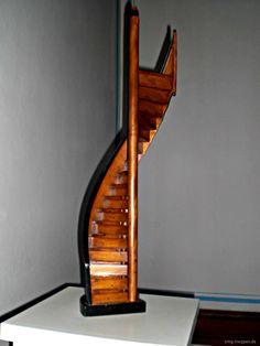Treppenmodell - http://smg-treppen.de/treppenmodell/ Im Fürst Pückler Museum im Schloss Branitz bei Cottbus steht dieses Treppenmodell aus dem Jahr 1850. Fürst Pückler wollte das Erdgeschoß mit der darüberliegenden Wohnebene verbinden, ohne das er über das Treppenhaus gehen mußte. Also gewissermaßen ein schneller, diskreter Weg. Das Treppenmodell w...