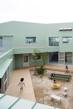 """Hakemiya Nursery School by Rhythmdesign & Case-Real; All """"Home Rooms"""" Face Onto a Shared Central Courtyard; ***client wanted the architects to create """"not a small school, but a big house""""(via de zeen Magazine) Kumamoto, Japanese Architecture, Contemporary Architecture, Interior Architecture, School Building Design, School Design, Design Maternelle, Kindergarten Design, Journal Du Design"""