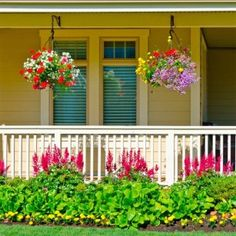 12 Simple Ways to Enhance Curb Appeal – front yard fence ideas Front Porch Garden, Front Porch Flowers, Front Yard Fence, Front Yard Landscaping, Landscaping Ideas, Front Porches, Farmhouse Landscaping, Outdoor Landscaping, Landscaping Plants