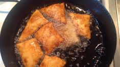 Sok helyen krumplis pacsaként vagy zsírban sült krumplis pogácsaként ismerik ezt az egyszerű ételt, amit a régi paraszti háztartásokban gyakran adtak főételnek egy köménymagleves után a hétköznapokon, hétvégenként pedig egy tartalmasabb gulyásleves után jöhetett lekvárral ízesítve finom desszertként. Ezúttal Pálfalvi Erzsébet receptjét közöljük, aki a Facebookon osztotta meg tapasztalatait. Krumplis fluta Pálfalvi Erzsébet konyhájából Hozzávalók: 1 kg burgonya 2 db tojás só ízlés szerint 30 dkg Iron Pan, Pork, Food And Drink, Meat, Recipes, Kale Stir Fry, Ripped Recipes, Pork Chops