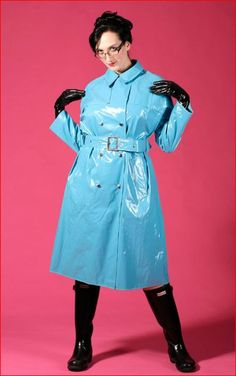 Latex Kitty wearing a stunning vintage black shiny trench coat, a cute rain hat, black rubber boots and latex gloves. Pink Raincoat, Hooded Raincoat, Yellow Rain Jacket, Imper Pvc, Mode Latex, Rain Hat, Rubber Raincoats, Raincoats For Women, Black Rubber