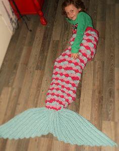 Zeemeermindeken deel 3, het laatste deel: De vin! - Breiclub.nl Mermaid Blanket, Baby Kind, Leg Warmers, Crochet Baby, Crochet Patterns, Crocheting, Fashion, Bed Covers, Tejidos