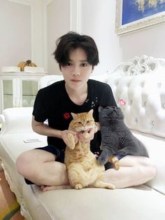 Luhan and his cats (rip the gray cat)