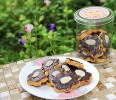 Mandel Plaetzchen - Kue sehat yang terbuat dari dark coklat dan campuran kacang almond yang baik untuk kesehatan. Kacang almond yang merupakan jenis kacang yang sehat dan baik untuk jantung. Almond juga mengandung vitamin E yang tinggi sehingga sangat baik untuk kesehatan kulit, terutama sebagai pelembab kulit kering, juga membantu meningkatkan sistem kekebalan tubuh. Total kalori: 1050 kcal, Harga: Rp 67.500,- /box, Berat Netto: 220gr