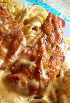 Csirke Lazone!  Fűszeres csirke serpenyőben vajban sült egy szuper könnyű krém mártással felett tészta.