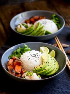 Sweet salty Salmon, Creamy Avocado and a Lychee Salsa that packs a flavour punch! All sitting on top of seasoned sticky rice. Sushi bowls are fun to put together and are a great way to get the flavours of sushi without having to roll or press the rice! | https://lomejordelaweb.es/
