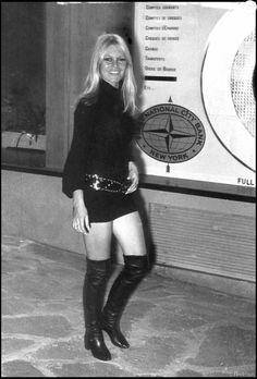 Archives - Brigitte Bardot en mini jupe et cuissardes