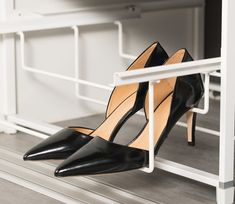 Egen skoholder for høye hæler. Louboutin Pumps, Christian Louboutin, Heels, Fashion, Cloakroom Basin, Moda, Shoes Heels, Fasion, Heel